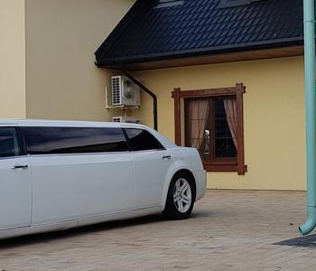auto-do-lubu-limuzyna-weselna-chrysler-300c-bia-a-limuzyna-kacprzak-wynajem-autorig